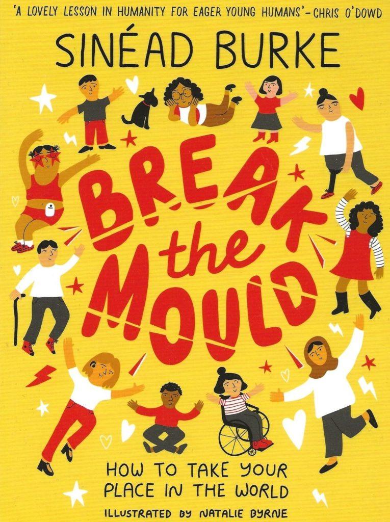 """Couverture du livre """"Break the Mould"""" de Sinéad Burke, illustrée par Natalie Byrne avec des personnages d'âge, de cultures et de typologies différentes qui font un rond autour du titre. Le titre est dessiné en lettres rouges sur fond jaune."""